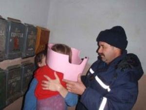 У Миколаєві рятувальники зняли з голови 3-річної дівчинки горщик