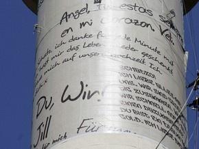 У Берліні на телевежу вивісили 70 величезних любовних листів